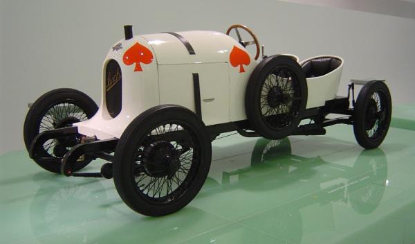 Первый спортивный автомобиль
